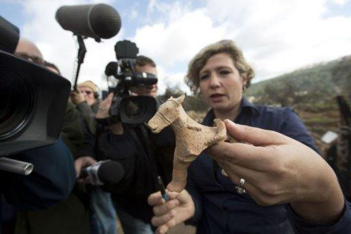 Israel Antiquities Authority archeologist Anna Ririkh shows on December 26, 2012 a clay figurine uncovered in Tel Motza