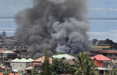 Smoke billows in a residential neighbourhood in Marawi City due to fighting between government soldiers and the Maute militant group, in southern Philippines May 27, 2017. REUTERS/Erik De Castro