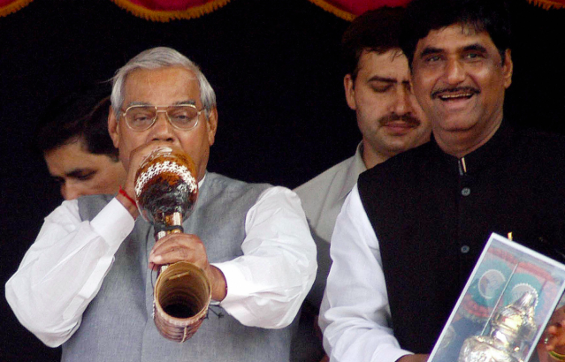 <p>Atal Bihari Vajpayee sharing a stage with BJP leader Gopinath Munde. </p>