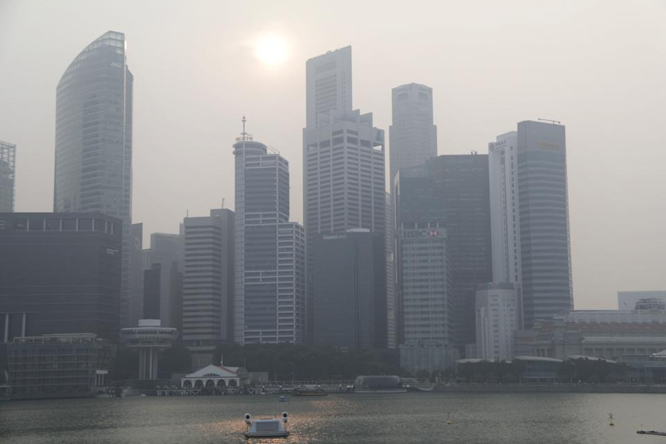 """Haze shrouds buildings in Singapore's central business district on 19 September 2019. Read out story: <a href=""""https://bit.ly/37p7xQb"""" rel=""""nofollow noopener"""" target=""""_blank"""" data-ylk=""""slk:https://bit.ly/37p7xQb"""" class=""""link rapid-noclick-resp"""">https://bit.ly/37p7xQb</a> (PHOTO: Dhany Osman / Yahoo News Singapore)"""