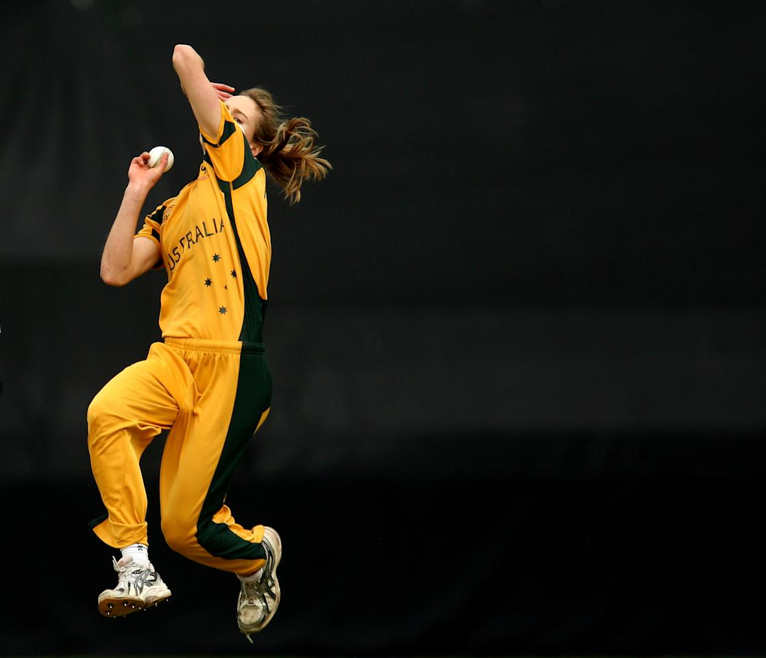 TAUNTON, ENGLAND - JUNE 12:  Ellyse Perry of Australia bowls during the ICC Women's Twenty20 World Cup match between Australia and New Zealand at The County Ground on June 12, 2009 in Taunton, England.  (Photo by Richard Heathcote/Getty Images)