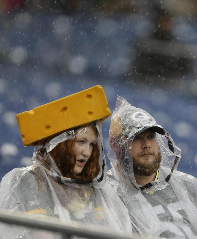 Titans pull out 20-16 win over Packers in rain
