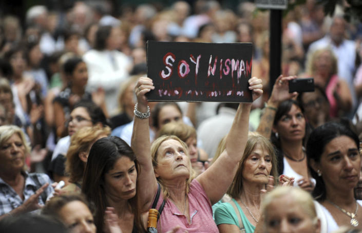 """A woman holds a sign reading """"I am Nisman"""" in La Plata, Argentina on February 18, 2015, during a march called by Argentine prosecutors in memory of Alberto Nisman (AFP Photo/)"""
