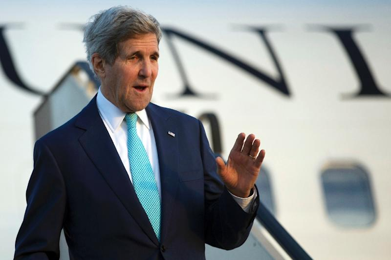 US Secretary of State John Kerry waves as he arrives in Sharm el-Sheikh on March 13, 2015 (AFP Photo/Brian Snyder)