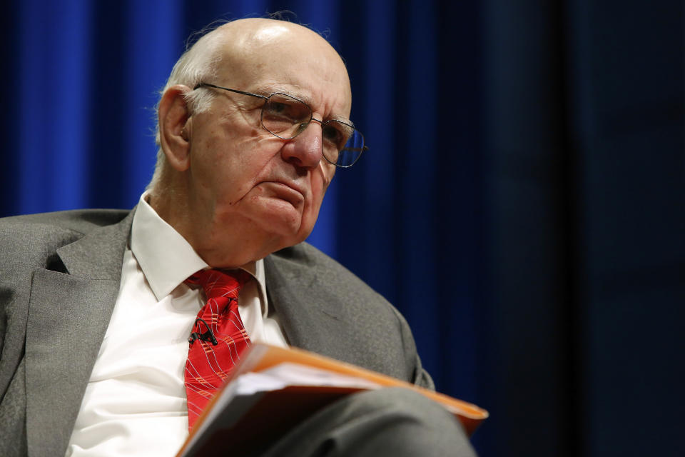 Former U.S. Federal Reserve Chairman Paul Volcker moderates a panel discussion at the Bretton Woods Committee annual meeting at World Bank headquarters in Washington May 21, 2014. REUTERS/Jonathan Ernst  (UNITED STATES - Tags: POLITICS BUSINESS)