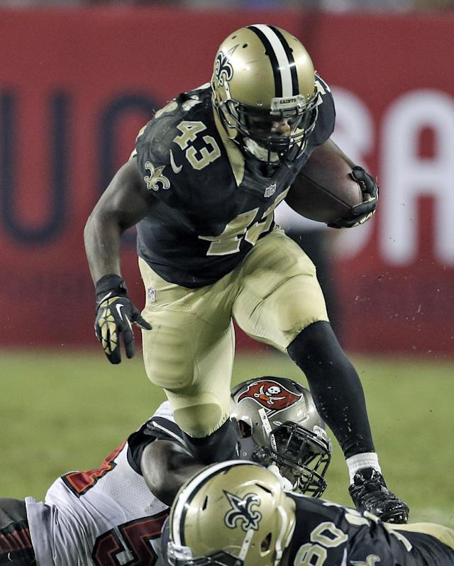 New Orleans Saints running back Darren Sproles (43) eludes Tampa Bay Buccaneers outside linebacker Lavonte David (54) after an eight yard reception during the fourth quarter of an NFL football game Sunday, Sept. 15, 2013, in Tampa, Fla. The Saints defeated the Buccaneers 16-14. (AP Photo/Chris O'Meara)