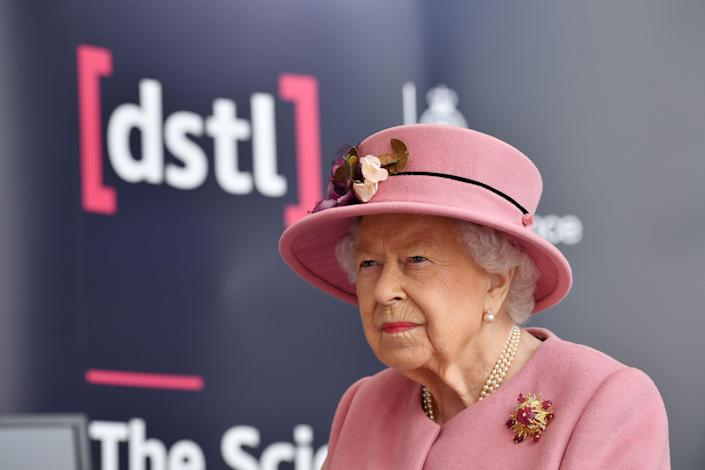 Britain's Queen Elizabeth II visits the Energetics Analysis Centre at the Defence Science and Technology Laboratory (Dstl) at Porton Down science park near Salisbury, southern England, on October 15, 2020. - The Queen and the Duke of Cambridge visited the Defence Science and Technology Laboratory (Dstl) where they were to view displays of weaponry and tactics used in counter intelligence, a demonstration of a Forensic Explosives Investigation and meet staff who were involved in the Salisbury Novichok incident. Her Majesty and His Royal Highness also formally opened the new Energetics Analysis Centre. (Photo by Ben STANSALL / POOL / AFP) (Photo by BEN STANSALL/POOL/AFP via Getty Images)