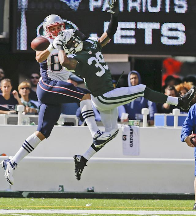 New York Jets free safety Antonio Allen (39) and New England Patriots' Rob Gronkowski (87) fight for control of the ball during the first half of an NFL football game Sunday, Oct. 20, 2013 in East Rutherford, N.J. (AP Photo/Seth Wenig)
