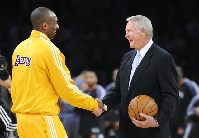 Kobe Bryant y Jerry West en una fotografía de 2010. (Foto: Wally Skalij / Los Angeles Times / Getty Images).