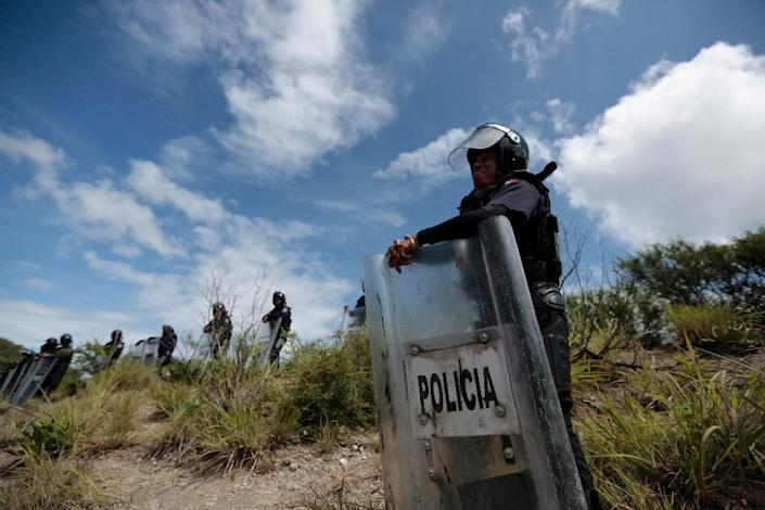 Policemen are seen searching an area in Guerrero State in southern Mexico (AFP Photo/Pedro Pardo)