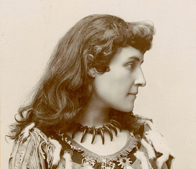 E. Pauline Johnson pictured in an archival photo. (Photo: Library and Archives Canada)