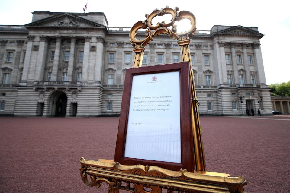 A picture shows an official notice set up on an easel at the gates of Buckingham Palace in London on May 6, 2019 announcing the birth of a son to Britain's Prince Harry, Duke of Sussex and Meghan, Duchess of Sussex. - Meghan Markle, the Duchess of Sussex, gave birth on Monday to a