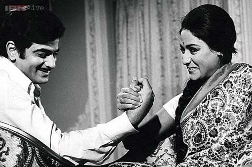 Parichay was based on a Bengali novel, 'Rangeen Uttarain' by Raj Kumar Maitra. Directed by Gulzar, the film revolved around Ravi who has to tutor five stubborn grandchildren of a wealthy man (Pran). Jeetendra was impressive in his attempt to deal with the kids with patience and persistence and manages to woo the eldest granddaughter (Jaya).