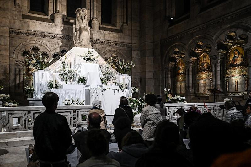 Prayers at the Sacre-Coeur three days after fire engulfed the Notre Dame Cathedral in Paris (AFP Photo/Philippe LOPEZ)