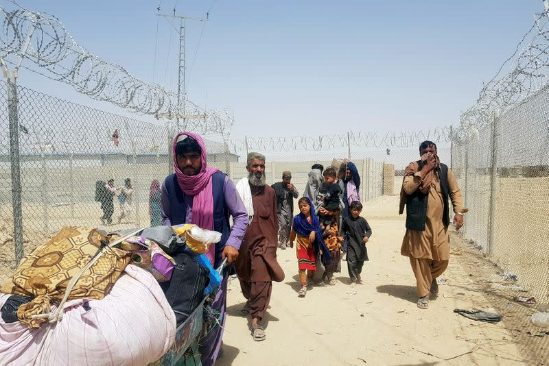 People cross Pakistan-Afghanistan border at Friendship Gate in Chaman