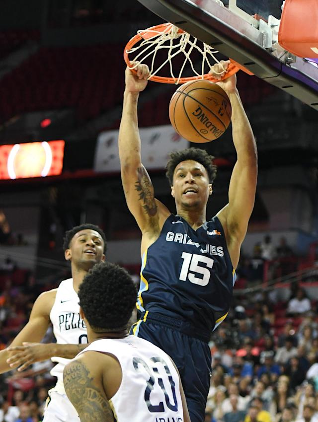 LAS VEGAS, NEVADA - JULY 14: Brandon Clarke #15 of the Memphis Grizzlies dunks against Nickeil Alexander-Walker #0 and Jalen Adams #20 of the New Orleans Pelicans during a semifinal game of the 2019 NBA Summer League at the Thomas & Mack Center on July 14, 2019 in Las Vegas, Nevada. The Grizzlies defeated the Pelicans 88-86 in overtime. (Photo by Ethan Miller/Getty Images)
