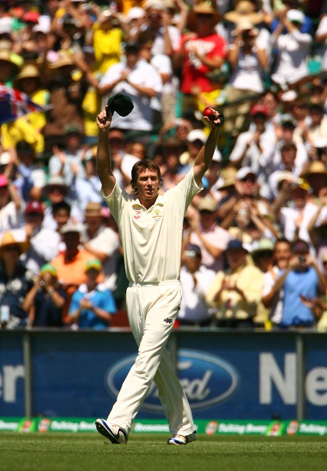 SYDNEY, AUSTRALIA - JANUARY 05:  Glenn McGrath of Australia salutes the crowd as he leaves the field in his last test match on day four of the fifth Ashes Test Match between Australia and England at the Sydney Cricket Ground on January 5, 2007 in Sydney, Australia.  (Photo by Tom Shaw/Getty Images)