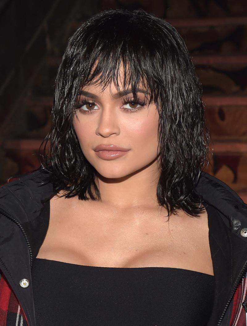 Jenner pulls off how to perfectly wear wet, tousled waves with blunt bangs at the Alexander Wang February 2017 show.