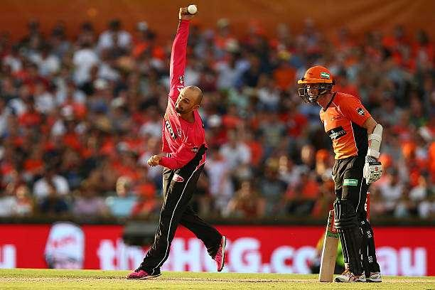 PERTH, AUSTRALIA - JANUARY 28: Nathan Lyon of the Sixers bowls during the Big Bash League match between the Perth Scorchers and the Sydney Sixers at WACA on January 28, 2017 in Perth, Australia. (Photo by Paul Kane/Getty Images)