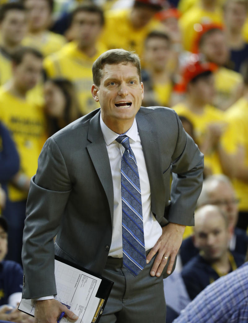Some new college hoop coaches turn to experienced transfers