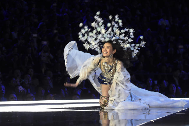Ming Xi takes a tumble at the 2017 Victoria's Secret Fashion Show. (FRED DUFOUR/AFP/Getty Images)
