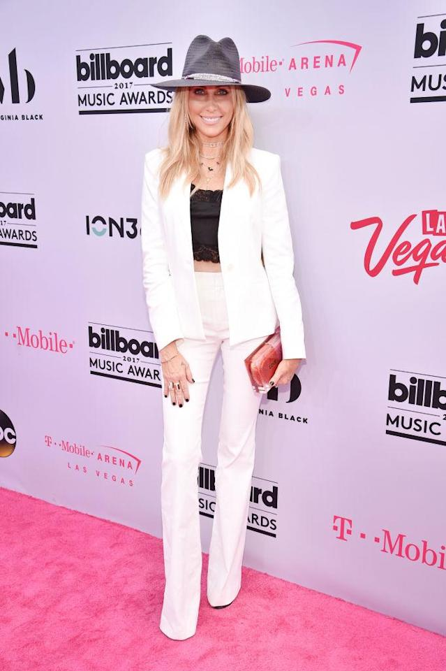 <p>Miley's mom wears an on-trend suit. (Photo: Getty Images) </p>