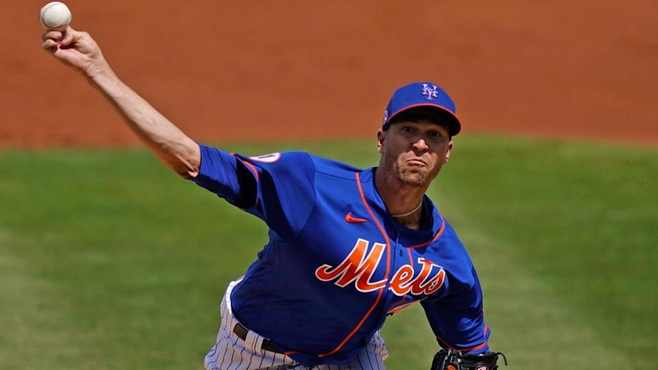 Jacob deGrom front view pitching at ST