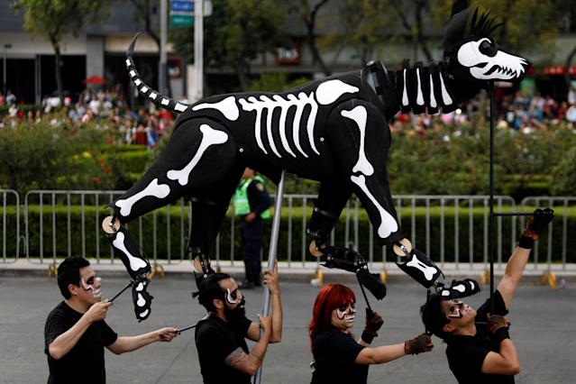<p>A puppet depicting the skeleton of a dog participates in a procession to commemorate Day of the Dead in Mexico City, Mexico, Oct. 28, 2017. (Photo: Edgard Garrido/Reuters) </p>