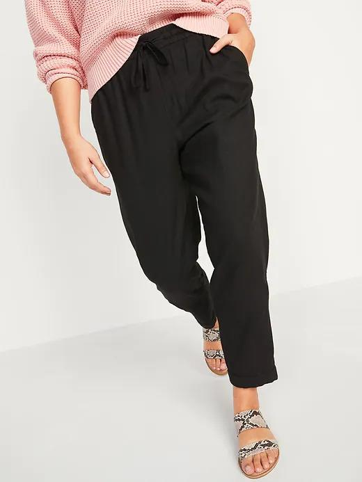 Model wears High-Waisted Linen-Blend Straight Cropped Pants in black. Image via Old Navy.