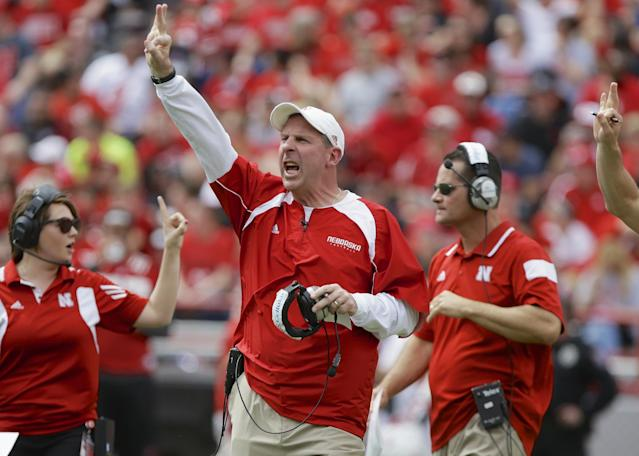Bo Pelini exited the tunnel before the Nebraska spring game with a cat (Video)