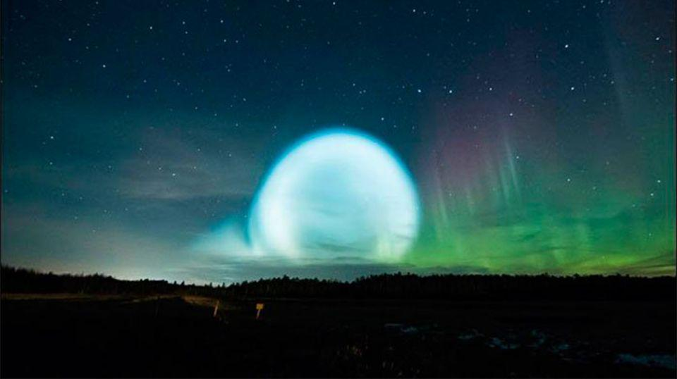 A glowing ball was seen rising into the night's sky. Source: Twitter / Alexey Yakovlev