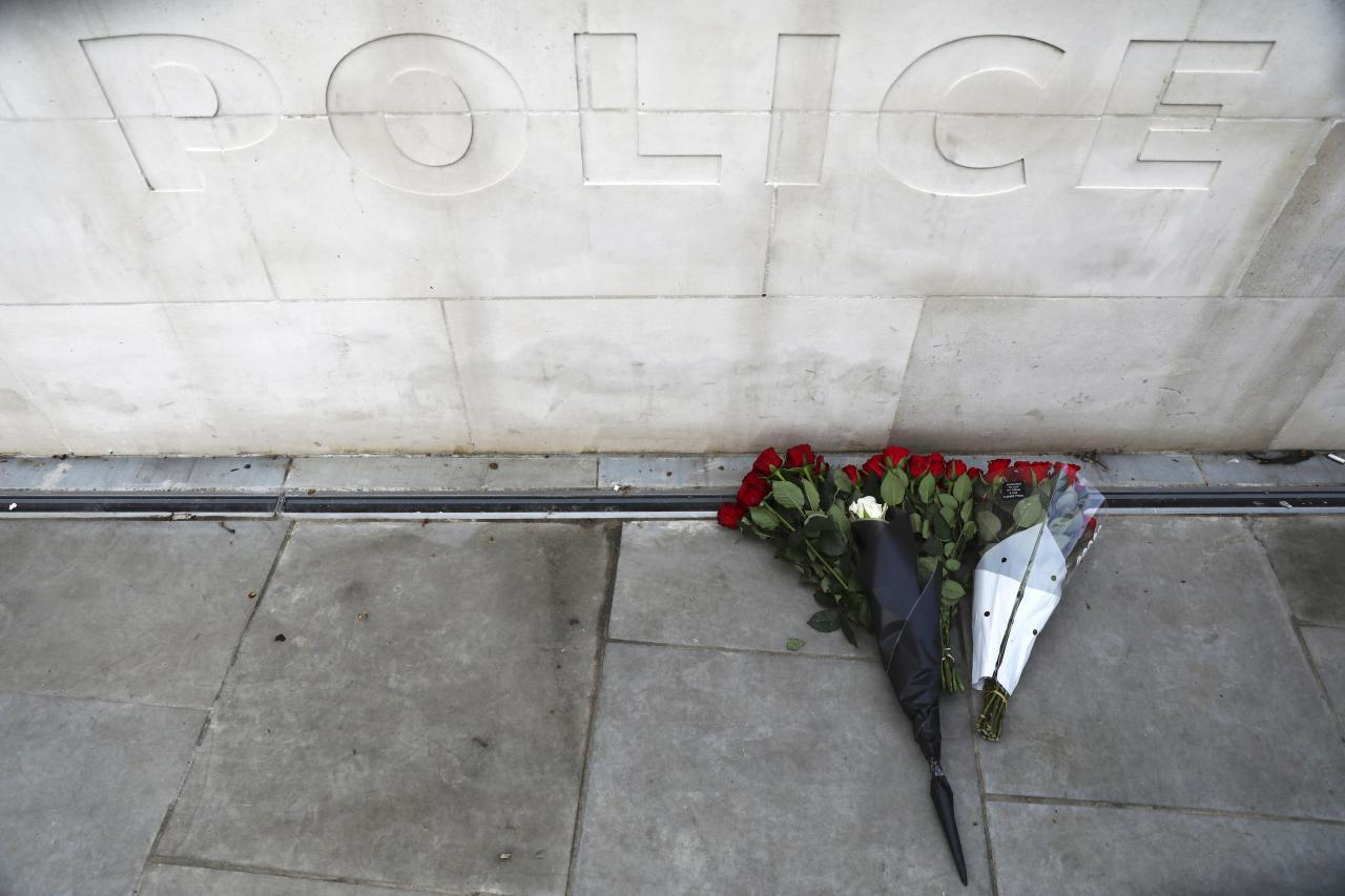 Flowers are left outside New Scotland Yard after a minute's silence the morning after an attack by a man driving a car and weilding a knife left five people dead and dozens injured, in London, Britain, March 23, 2017.  REUTERS/Neil Hall TPX IMAGES OF THE DAY