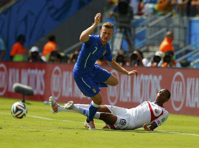 Italy's Ignazio Abate (L) fights for the ball with Costa Rica's Junior Diaz during their 2014 World Cup Group D soccer match at the Pernambuco arena in Recife June 20, 2014. REUTERS/Brian Snyder (BRAZIL - Tags: SOCCER SPORT WORLD CUP)