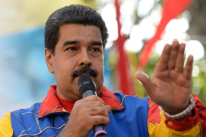 Venezuelan President Nicolas Maduro delivers a speech in front of the Miraflores presidential palace, in Caracas on November 21, 2015 (AFP Photo/Federico Parra)