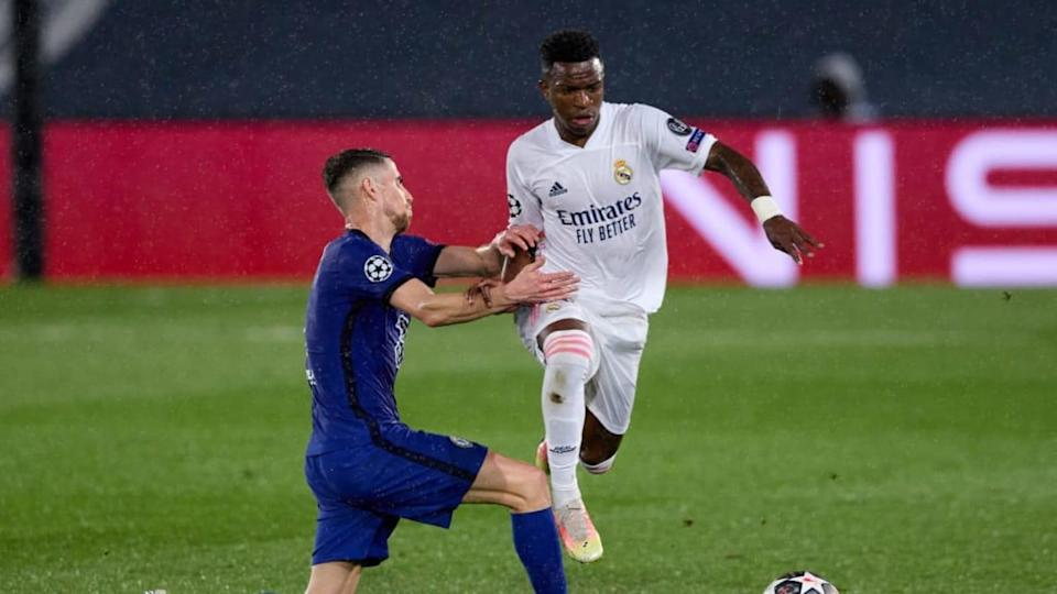 Vinicius Jr. in un contrasto di gioco con Jorginho | Angel Martinez/Getty Images