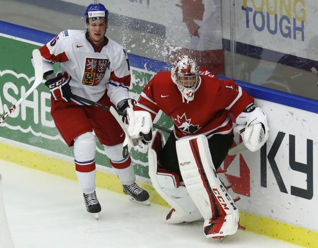 Czech Republic's Radek Faksa (L) and Canada's goalie Jake Paterson bump behind the net while clearing the puck during the second period of their IIHF World Junior Championship ice hockey game in Malmo, Sweden, December 28, 2013. REUTERS/Alexander Demianchuk (SWEDEN - Tags: SPORT ICE HOCKEY)