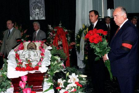 FILE PHOTO: Russian Prime Minister Viktor Chernomyrdin attends a funeral of Ivan Kivelidi, a prominent Russian banker and the chairman of the 'Russian Businessmen' round table organisation in Moscow, Russia August 8, 1995. REUTERS/Alexander Natruskin/File Photo