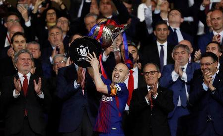 Soccer Football - Spanish King's Cup Final - FC Barcelona v Sevilla - Wanda Metropolitano, Madrid, Spain - April 21, 2018 Barcelona's Andres Iniesta celebrates by lifting the trophy as the King of Spain Felipe VI applauds REUTERS/Juan Medina