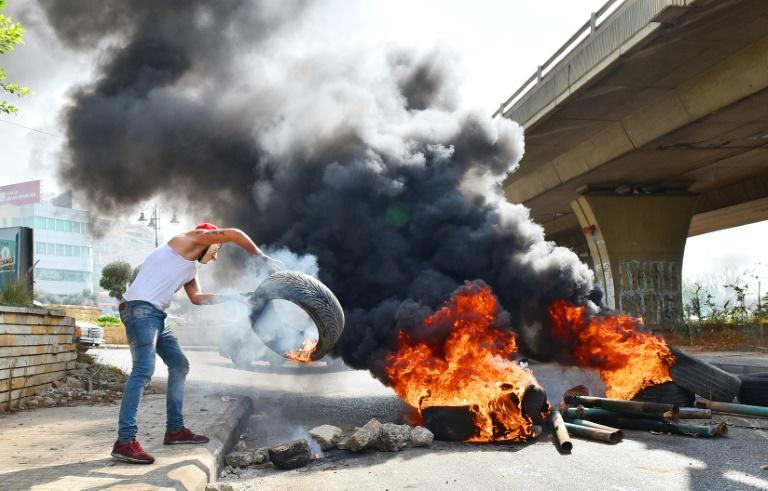 Demonstrators blocked roads near Lebanon's main airport with burning tyres (AFP Photo/-)