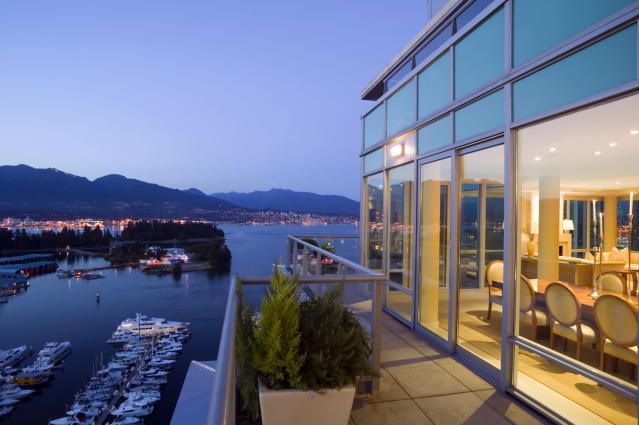A penthouse apartment overlooking Coal Harbour in downtown Vancouver (HuffPost Canada)