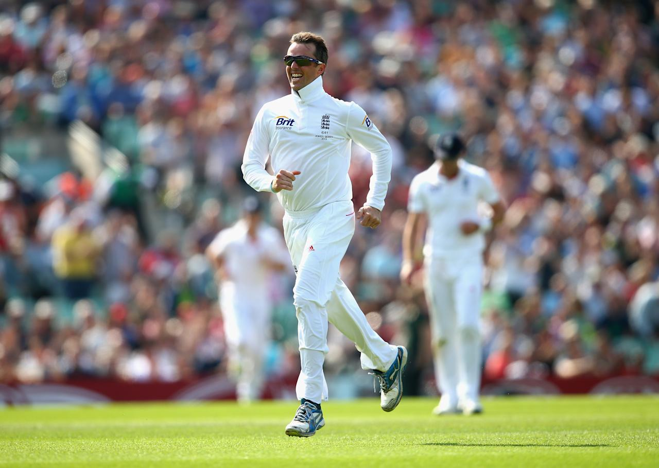 LONDON, ENGLAND - AUGUST 25: Graeme Swann of England celebrates after taking the wicket of Shane Watson of Australia  during day five of the 5th Investec Ashes Test match between England and Australia at the Kia Oval on August 25, 2013 in London, England.  (Photo by Ryan Pierse/Getty Images)