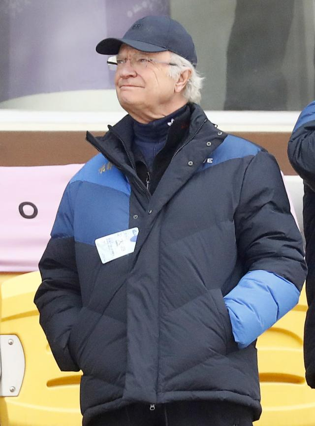 Snowboarding - Pyeongchang 2018 Winter Olympics - Men's Big Air Finals - Alpensia Ski Jumping Centre - Pyeongchang, South Korea - February 24, 2018 - Sweden's King Carl XVI Gustaf is seen in the stands. REUTERS/Kai Pfaffenbach