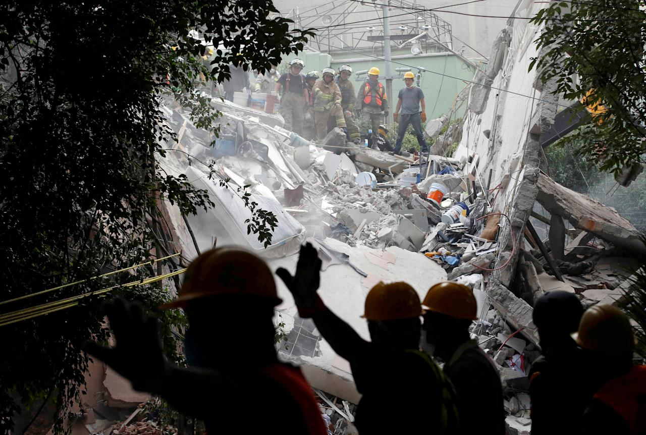 Soldiers and rescue workers search in the rubble of a collapsed building after an earthquake in Mexico City, Mexico September 20, 2017. REUTERS/Henry Romero     TPX IMAGES OF THE DAY