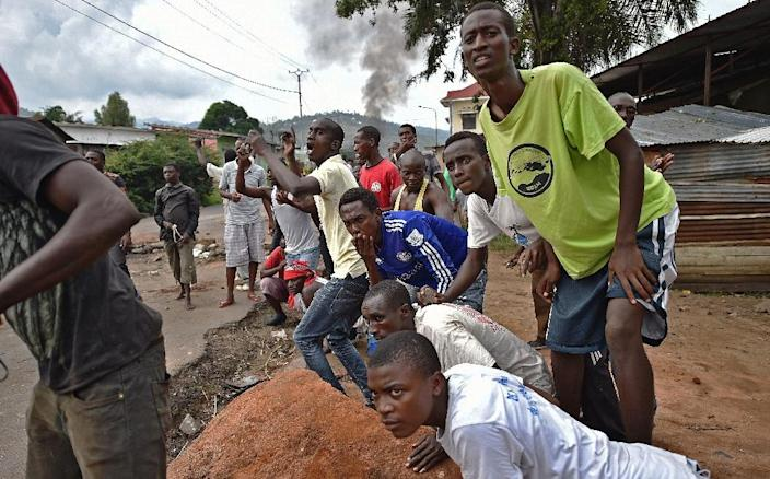 Protestors opposed to a third term for the Burundian President gather in the Musaga neighborhood of Bujumbura on May 20, 2015 (AFP Photo/Carl de Souza)