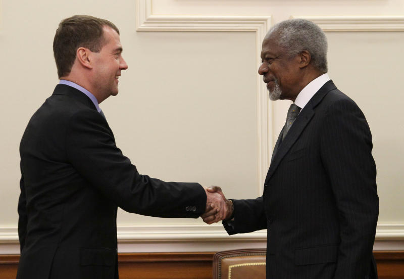 """Russian President Dmitry Medvedev shake hands with U.N. and Arab League envoy to Syria Kofi Annan during their meeting in Moscow, Sunday, March 25, 2012. Russian President Dmitry Medvedev has told the U.N. and Arab League envoy to Syria that his mission """"may be the last chance for Syria to avoid a protracted bloody civil war."""" Medvedev also told Kofi Annan that he has Russia's full support. (AP Photo/AP Photo/RIA Novosti Kremlin, Ekaterina Shtukina, Presidential Press Service)"""