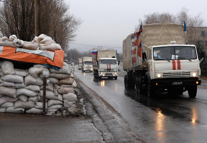 A Russian convoy carrying humanitarian aid for residents of the Eastern Ukrainian Donetsk region approaches the city of Makiyivka on December 12, 2014 (AFP Photo/Vasily Maximov )