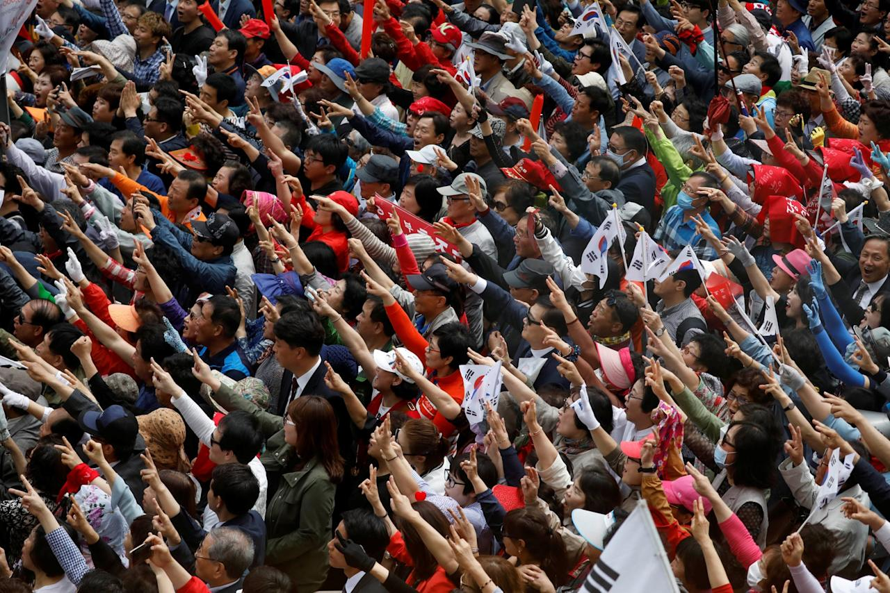 <p>Supporters of Hong Joon-pyo, the presidential candidate of the Liberty Korea Party, cheer during his election campaign rally in Daegu, South Korea. REUTERS/Kim Hong-Ji </p>