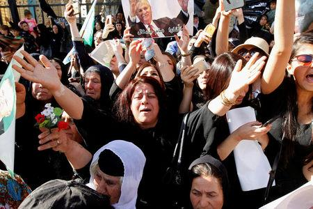 Kurdish mourners cry near the Great Mosque as they are waiting for the arrival of the coffin of former Iraqi president Jalal Talabani in Sulaimaniya, Iraq, October 6, 2017. REUTERS/Ako Rasheed