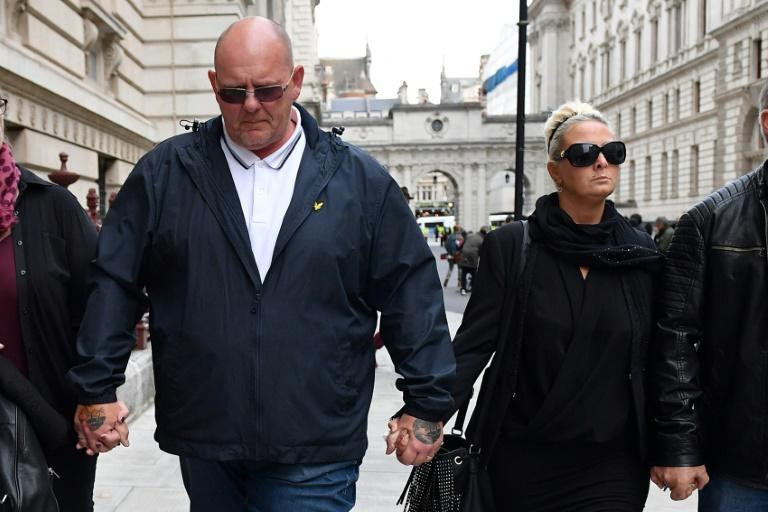 Charlotte Charles (R) and Tim Dunn have asked the United States to extradite to Britain the American suspected of killing their son in a road accident in England