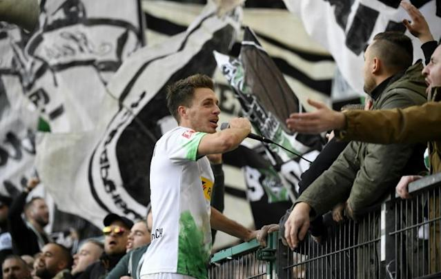 Moenchengladbach's double hero Patrick Herrmann celebrates with fans (AFP Photo/INA FASSBENDER)
